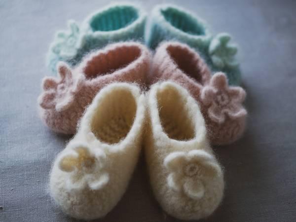 Bilde av Oppskrift på Vinterrose tova tøfler - barn